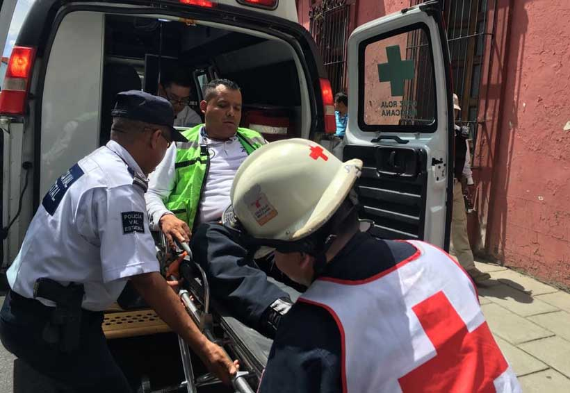 Policía vial se estampa contra puerta de auto en la ciudad de Oaxaca | El Imparcial de Oaxaca