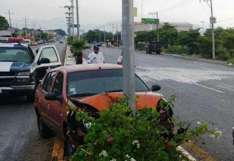 Sujeto choca contra alumbrado público sobre la carretera transístmica   El Imparcial de Oaxaca