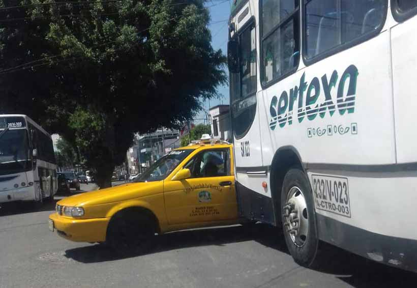 Percance vial entre  Sertexa y taxi | El Imparcial de Oaxaca