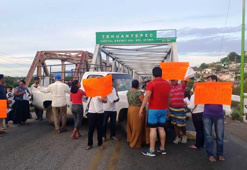 Gente de San Blas Atempa cierra el Puente de Fierro