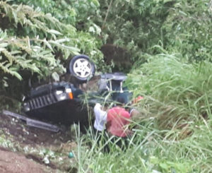 Desbarranca camioneta  en Santa Lucía Teotepec