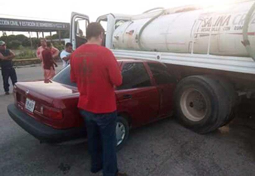 Empleado del ayuntamiento de Salina Cruz provoca accidente