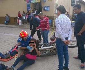 En San Bartolo Coyotepec Vehículo derriba  familia en moto