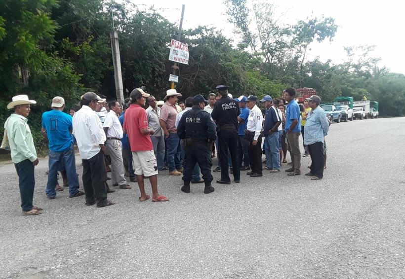 Pueblos Unidos bloquea la carretera Pinotepa-Acapulco
