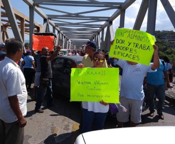 Realizan bloqueo carretero  en el Istmo de Oaxaca