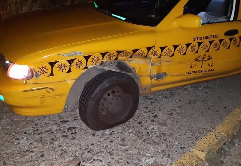 Choca contra taxi y se vuelca en Salina Cruz