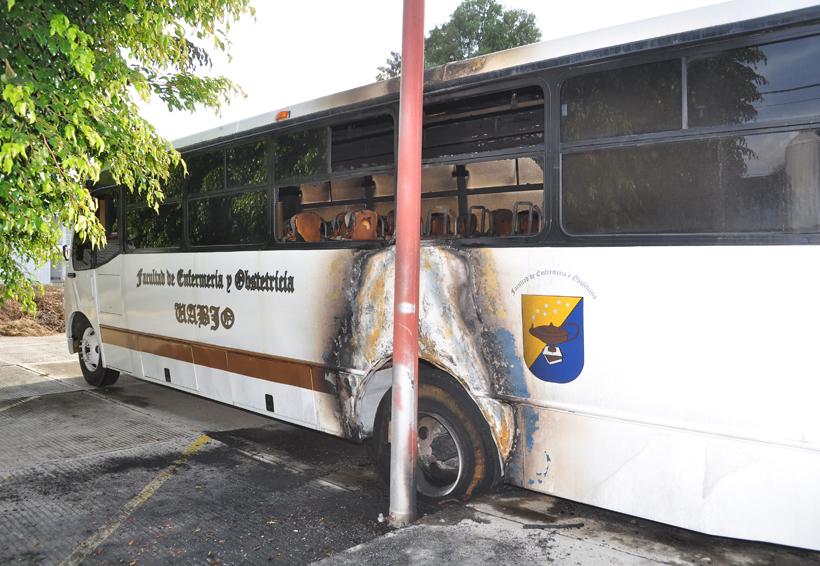 Enfrentamiento en CU deja un autobús incendiado por presuntos porros | El Imparcial de Oaxaca