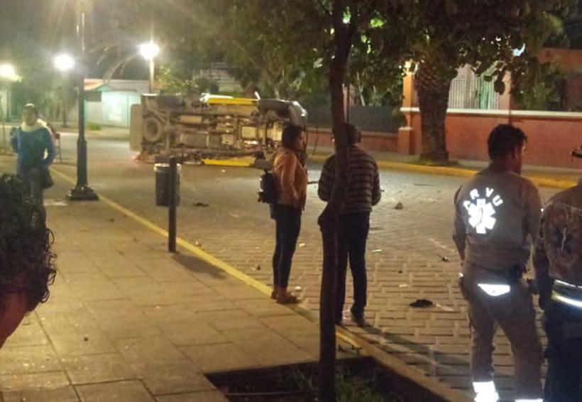 En avenida Juárez, vuelca ambulancia mientras trasladaba a paciente