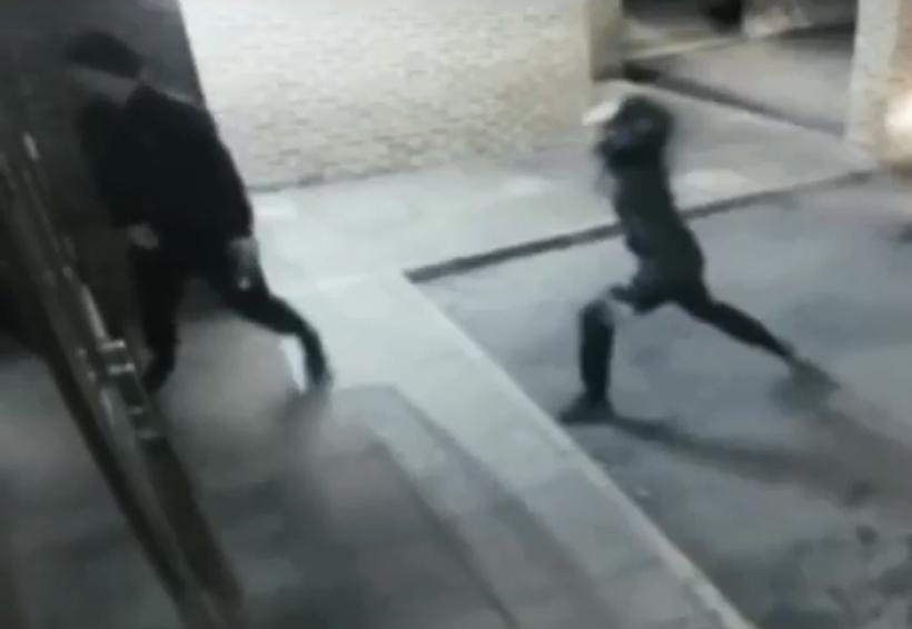 Video: Ladrón intenta romper una ventana con un ladrillo y termina noqueando a su cómplice | El Imparcial de Oaxaca