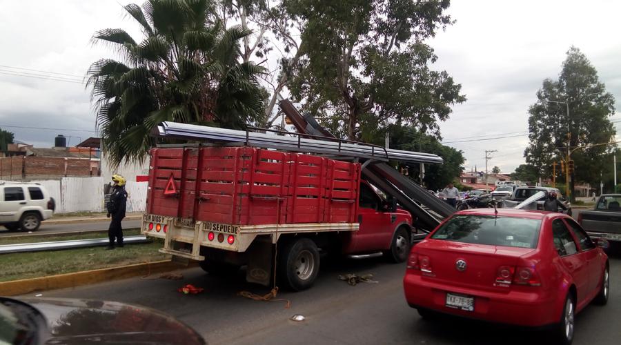 Tira la carga y daña a vehículo en Xoxocotlán