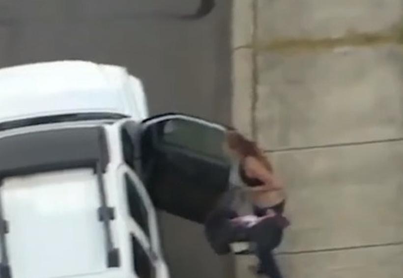 Video: Mujer con un bebé huye de la Policía, choca su auto e intenta robar otro coche   El Imparcial de Oaxaca