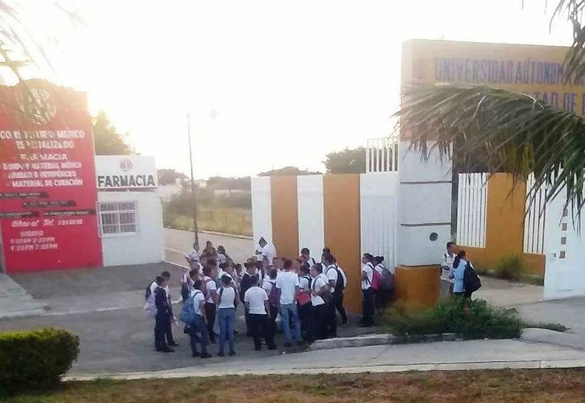 Bloquean en el Istmo la escuela de enfermería de la UABJO
