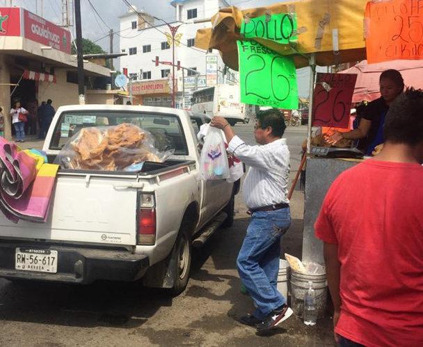 Comerciantes y particulares impiden la circulación vial en Tuxtepec, Oaxaca