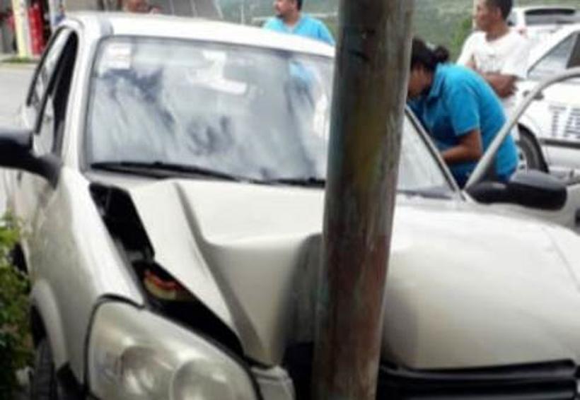 En Huajuapan, choca contra poste telefónico