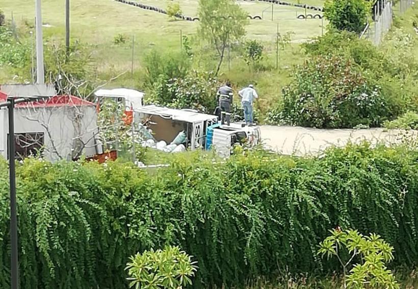 Vuelca camión repartidor de gas en Reyes Mantecón