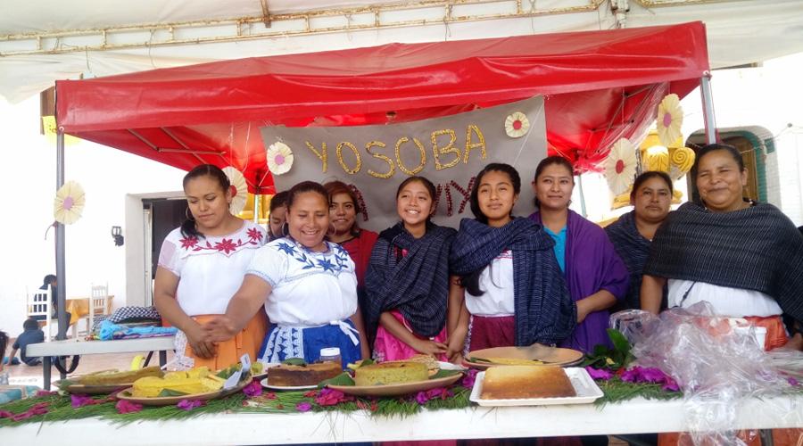 Juventud valora los trajes tradicionales  de la Mixteca de Oaxaca