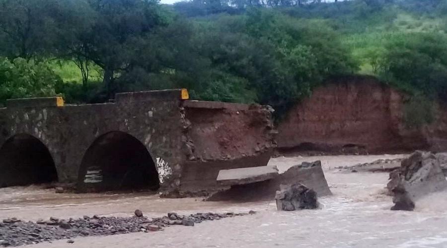 Colapsa puente en la Mixteca tras fuertes lluvias