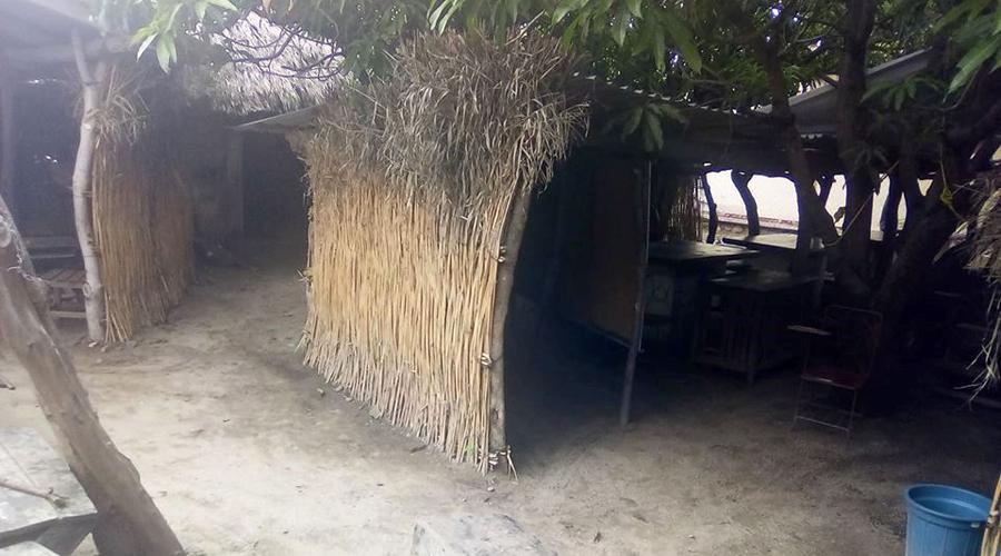 Niños Ikoots siguen estudiando bajo el sol