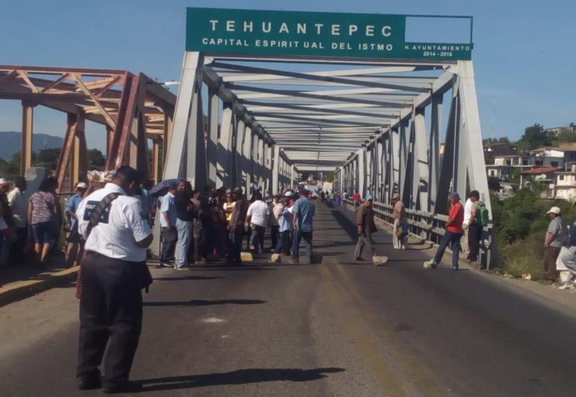Padres de familia y docentes bloquean Puente de Fierro | El Imparcial de Oaxaca