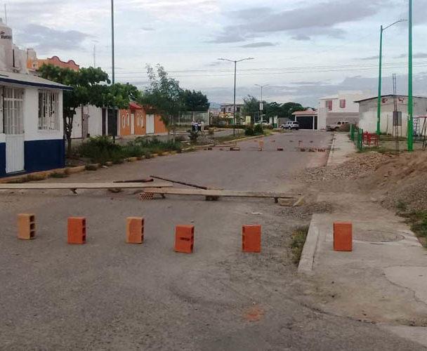 Protestan vecinos del Istmo por incumplimiento de obra