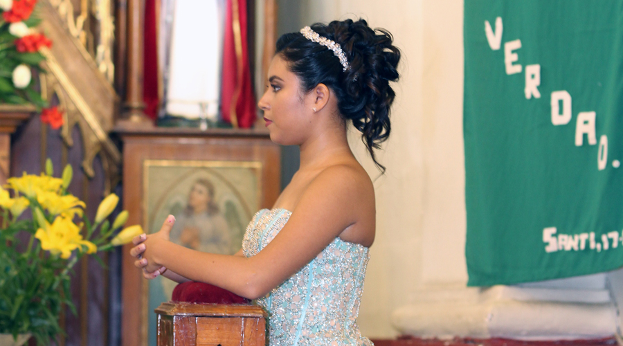 Alejandra celebra sus quince primaveras