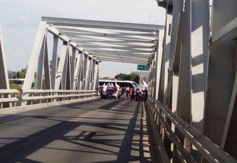 Trabajadores despedidos cierran puente