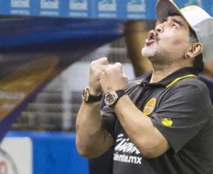 Maradona critica arbitraje en partido contra Alebrijes