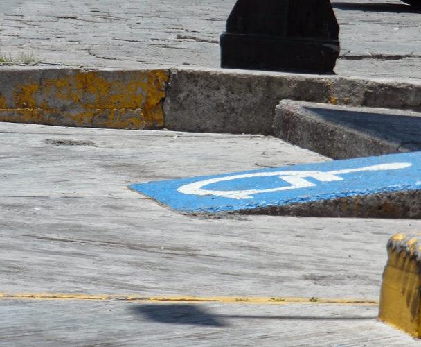 Ciudadanos de Tuxtepec no respetan lugares para gente con capacidades diferentes
