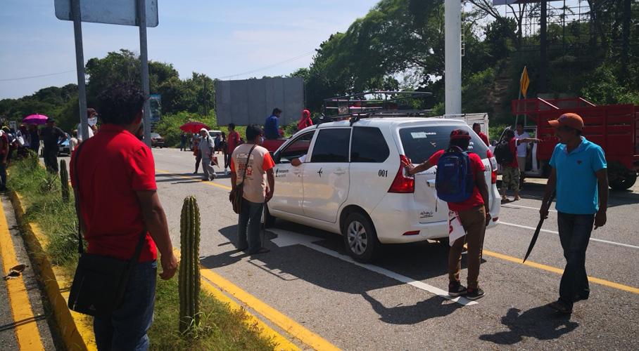 Codedi cierra acceso al aeropuerto de Huatulco