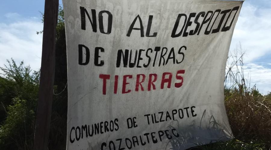 Comuneros de Tilzapote bloquean la carretera 200