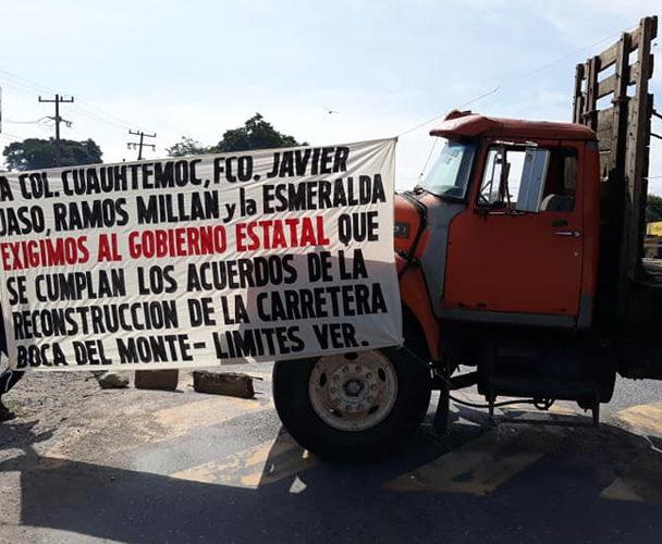 Con bloqueo exigen arreglar vía que conecta con Veracruz