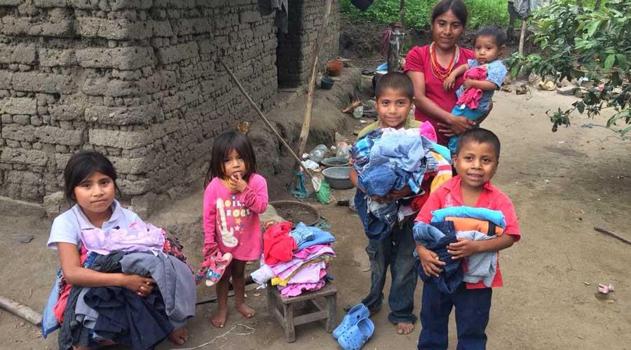 Donan ropa a niños de la comunidad de Santiago Ixtayutla
