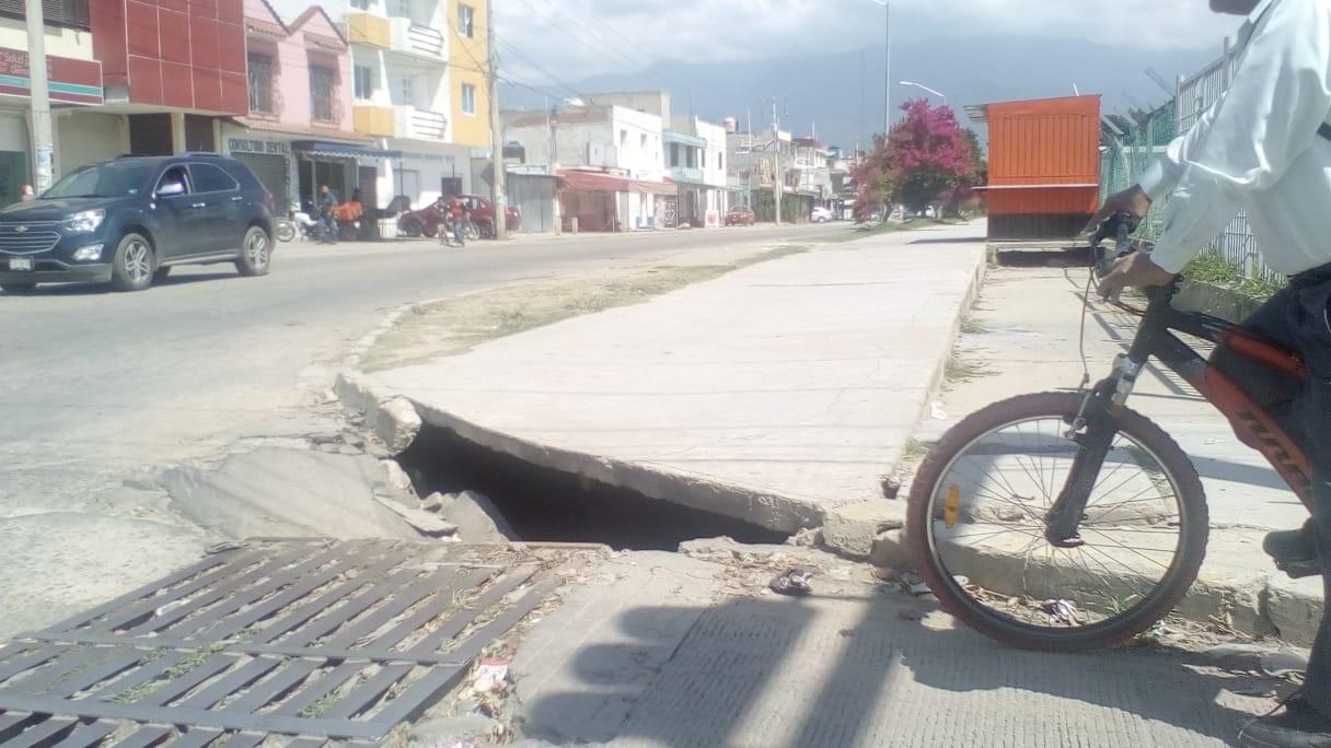Sin atender, problema de hundimiento en Avenida de Hornos | El Imparcial de Oaxaca