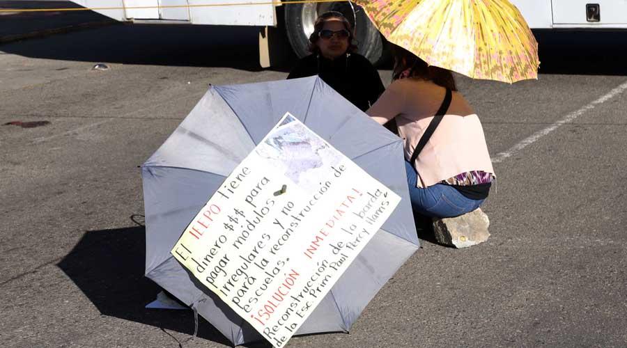 Con bloqueo carretero, padres de familia desquician la ciudad