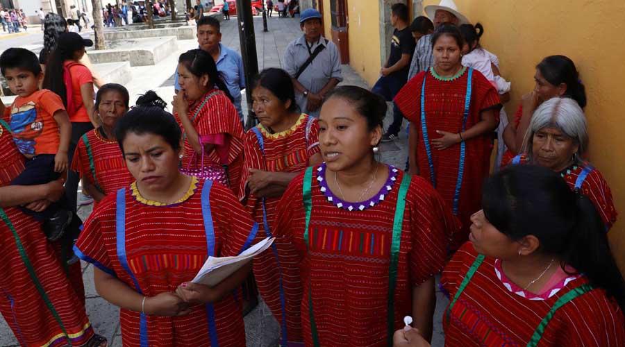 Desplazadas de Copala exhiben a representante | El Imparcial de Oaxaca