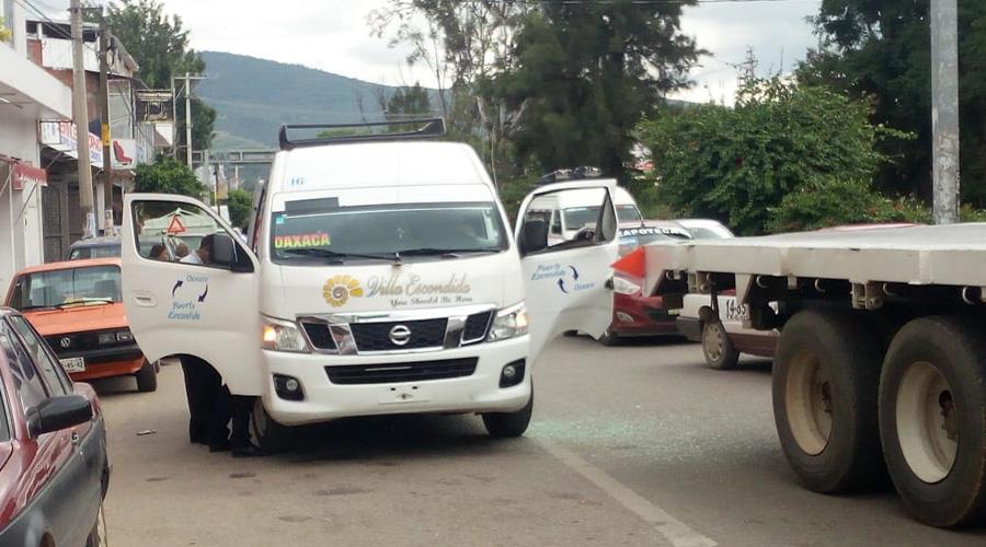 Camión le destroza  la puerta a urban en Símbolos Patrios. Noticias en tiempo real