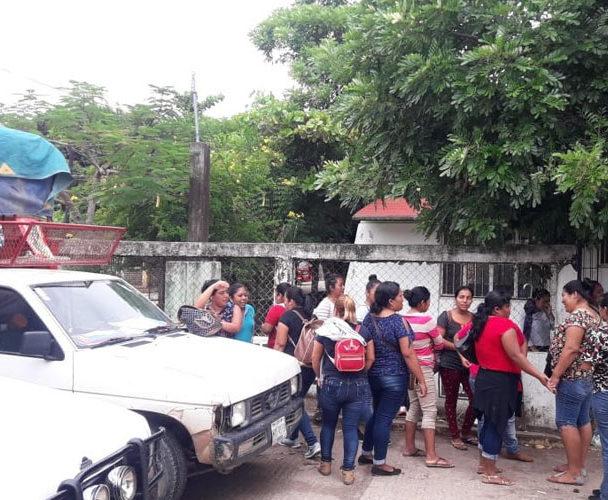 Tutores protestan en Supervisión Escolar
