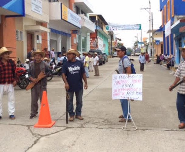 Pobladores de Santiago Jicayán protestan en oficinas del Coplade