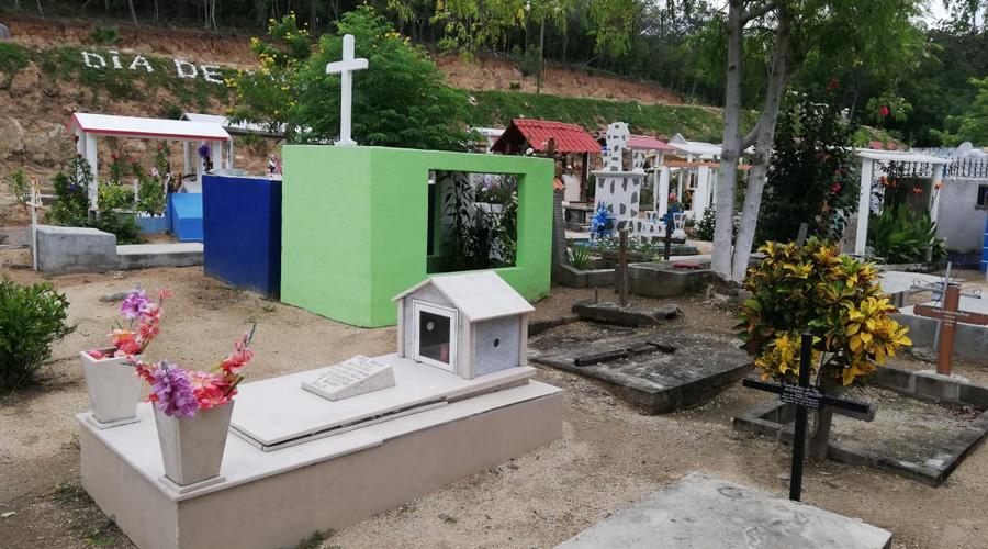 Preparan en la Costa los panteones para el Día de Muertos