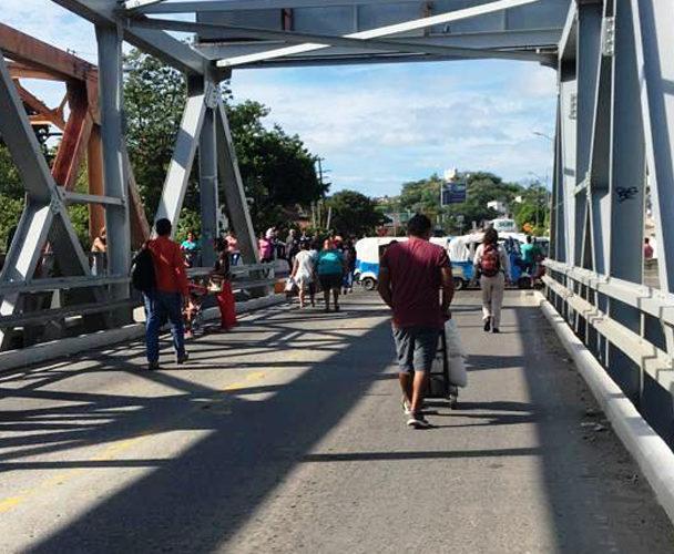Taxistas Bloquean el Puente de Fierro