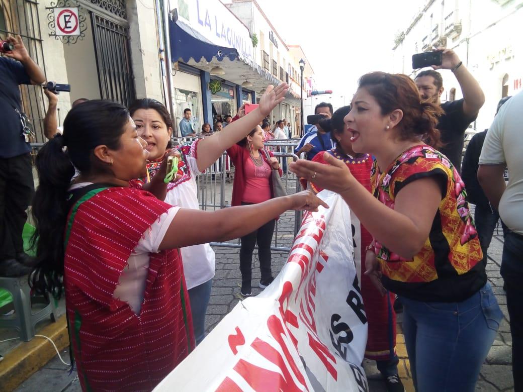 Comerciantes intentan dialogar con triquis y terminan agrediéndolos | El Imparcial de Oaxaca