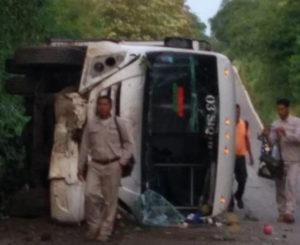 En Pochutla, volcadura de camión deja cinco heridos