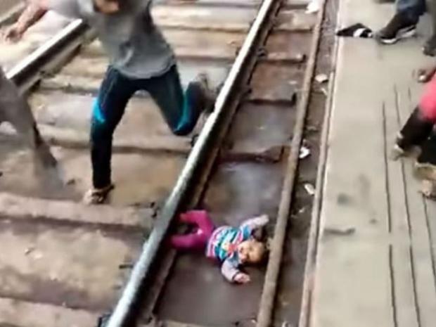 Video: Tren le pasa por encima a bebé y éste sobrevive sin un solo rasguño   El Imparcial de Oaxaca