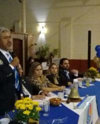 Gobernador Rotario  abotona a nuevos socios