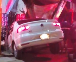 Aparatoso choque entre taxi y auto particular en la ciudad de Oaxaca