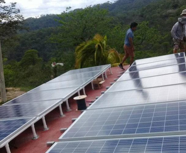 Instalan centro de cómputo alimentado con energía solar