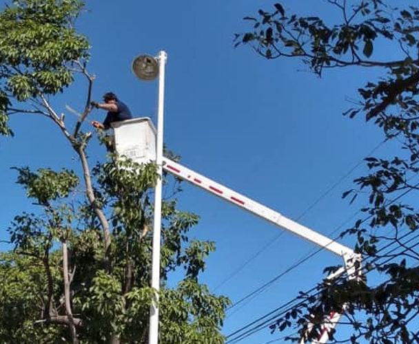 Rehabilitan luminarias dañadas por los vientos
