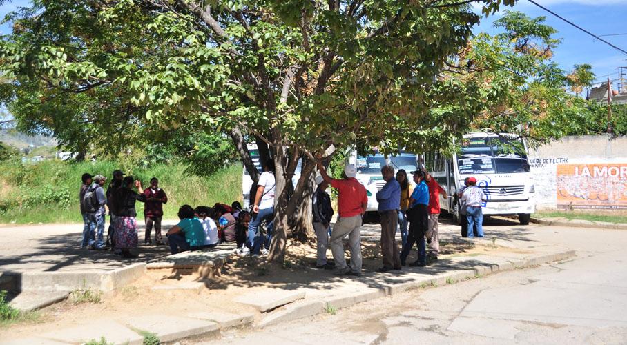 Retienen unidades de transporte urbano en protesta a accidentes en Montoya, Oaxaca | El Imparcial de Oaxaca