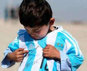 Tras conocer a Messi, niño huye de Afganistán por amenazas