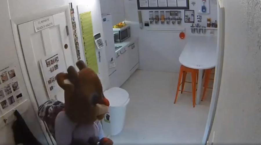 Video: Mujer entra a robar negocio disfrazada como Rodolfo el reno | El Imparcial de Oaxaca